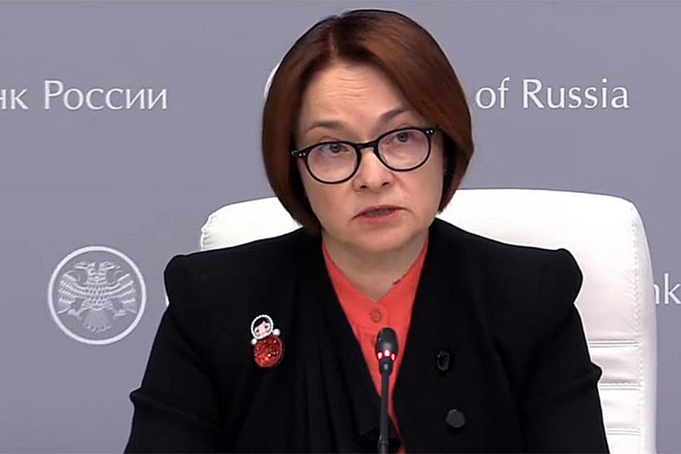 «Отправка» зашифрованных посланий стартовала в марте, когда Эльвира Сахипадовна украсила одежду брошью-неваляшкой