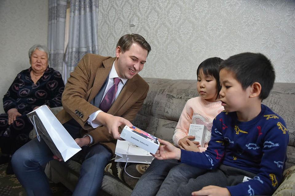 Первый вице-премьер приехал к ребятам с подарками.