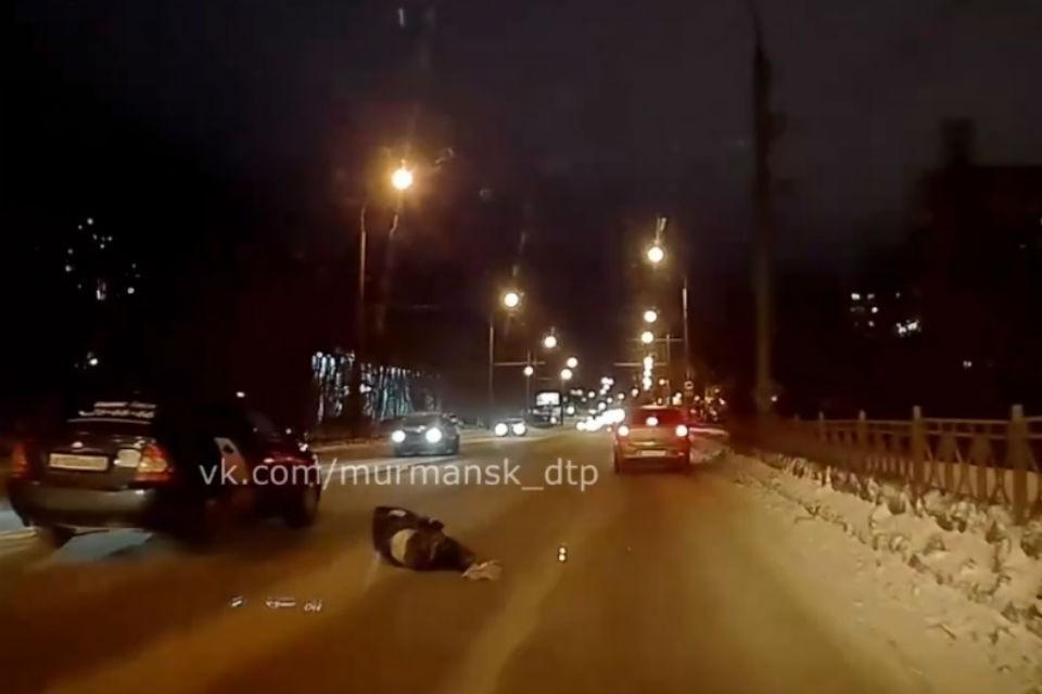Мужчина переходил дорогу на красный сигнал светофора. Фото: vk.com/murmansk_dtp