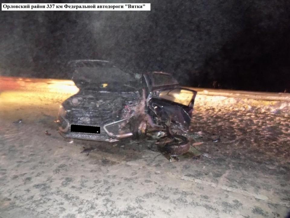 Сотрудники ГИБДД устанавливают причины и обстоятельства аварии. Фото: vk.com/gibdd43