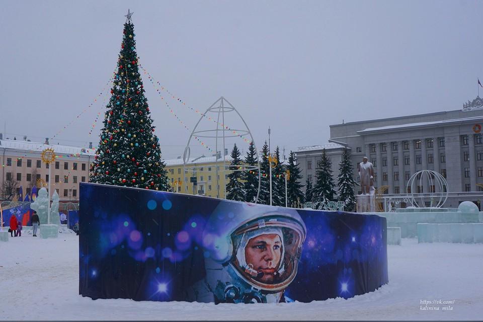 На Театральной площади можно и на коньках покататься, и с горок. Фото: Людмила КАЛИНИНА