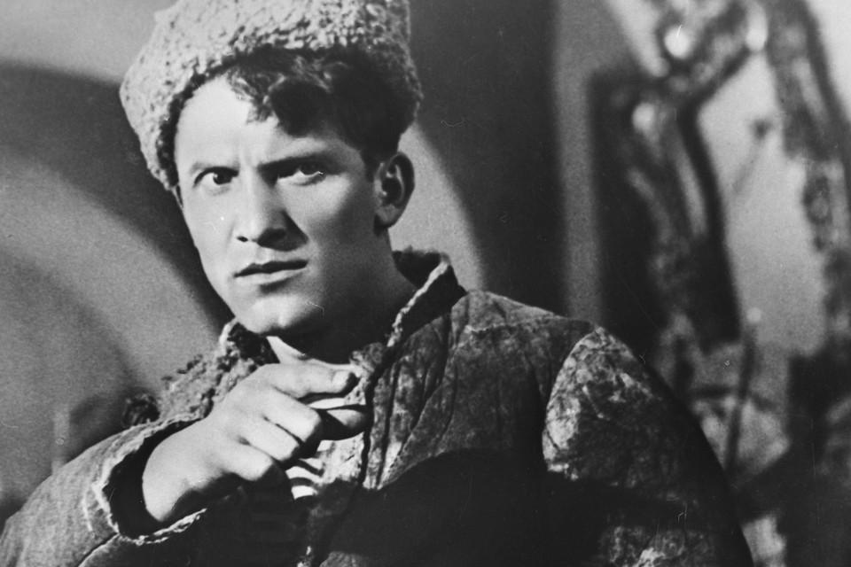 Николай Крючков в фильме 1938 года «Человек с ружьем»