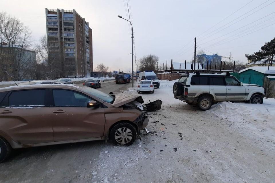 Семья с маленьким ребенком пострадала в аварии с джипом. Фото: ГИБДД по Новосибирску