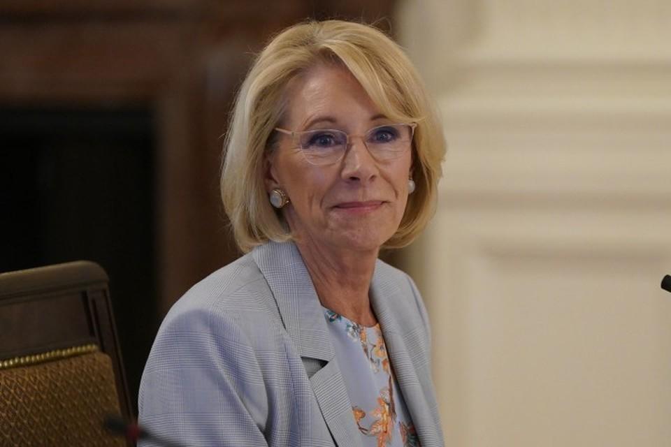 Глава министерства образования США Бетси Девос подала в отставку