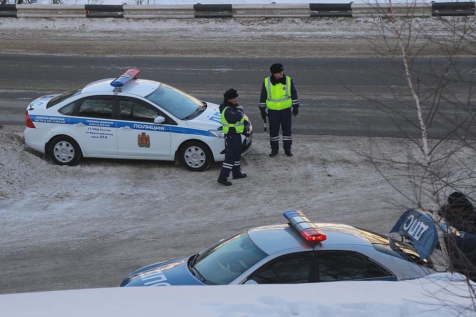 Полицейские помогли замерзающему водителю и его жене