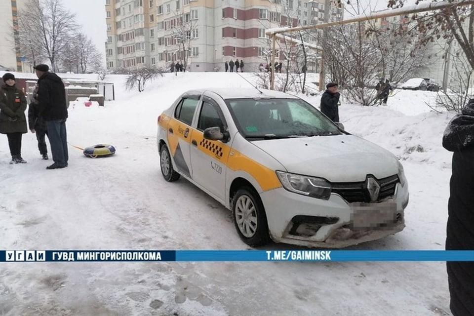 В Минске на Солтыса машина такси сбила четырехлетнего ребенка, который спускался с горки. Фото: телеграм-канал УГАИ ГУВД Мингорисполкома