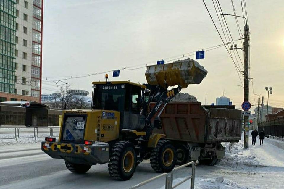 Сегодня улицы убирают уже 237 дорожных рабочих. Фото: комитет дорожного хозяйства Челябинска