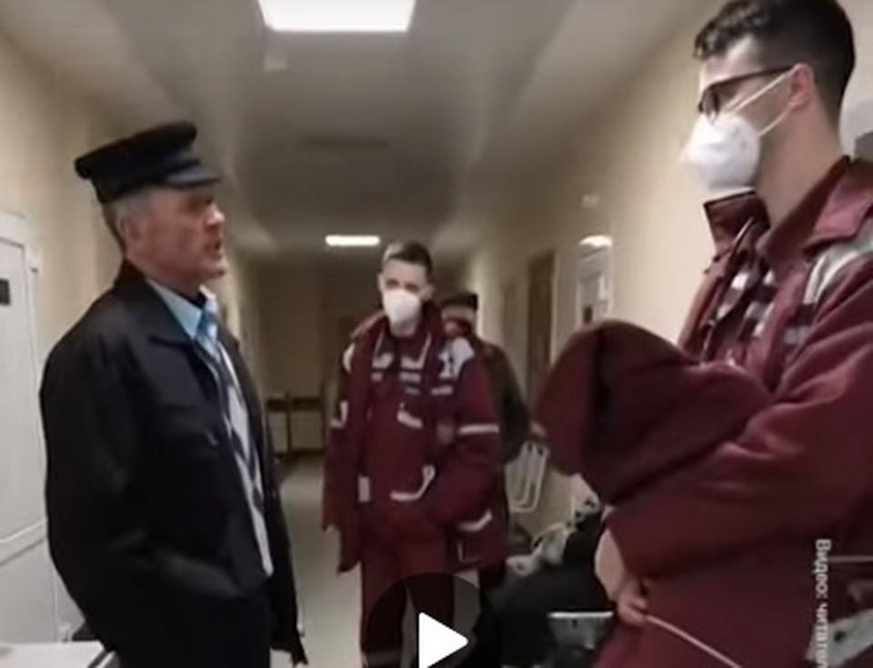55-летнего мужчину зовут Николай, он работает водителем школьного автобуса. Скриншот видео tut.by.