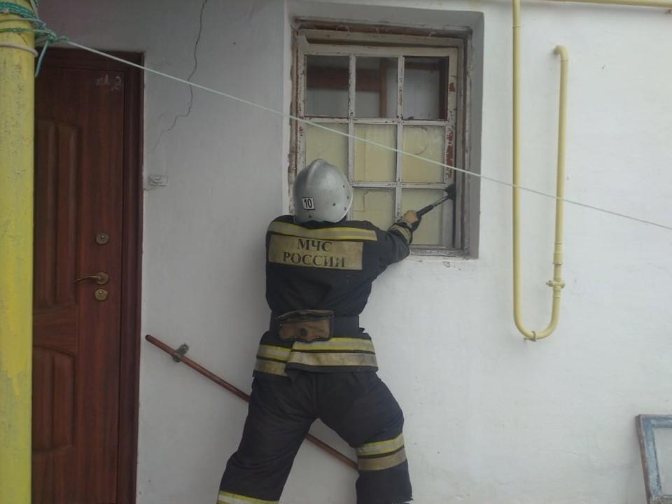 Спасатели решили вскрыть окно в одноэтажном доме