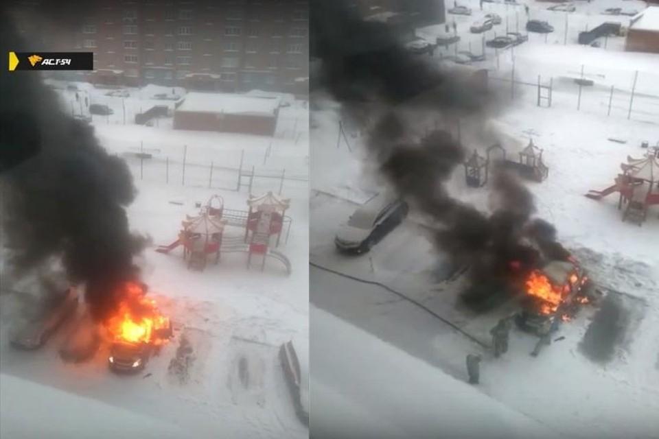 В Новосибирске во дворе дома загорелся автомобиль. Фото: Кадр из видео