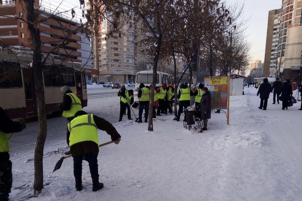 Толпа дворников собралась, чтобы убрать снег на остановке. Фото: читатель КП-Челябинск