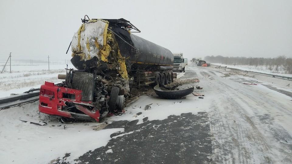 Два грузовика столкнулись на встречке в Самарской области, водитель погиб