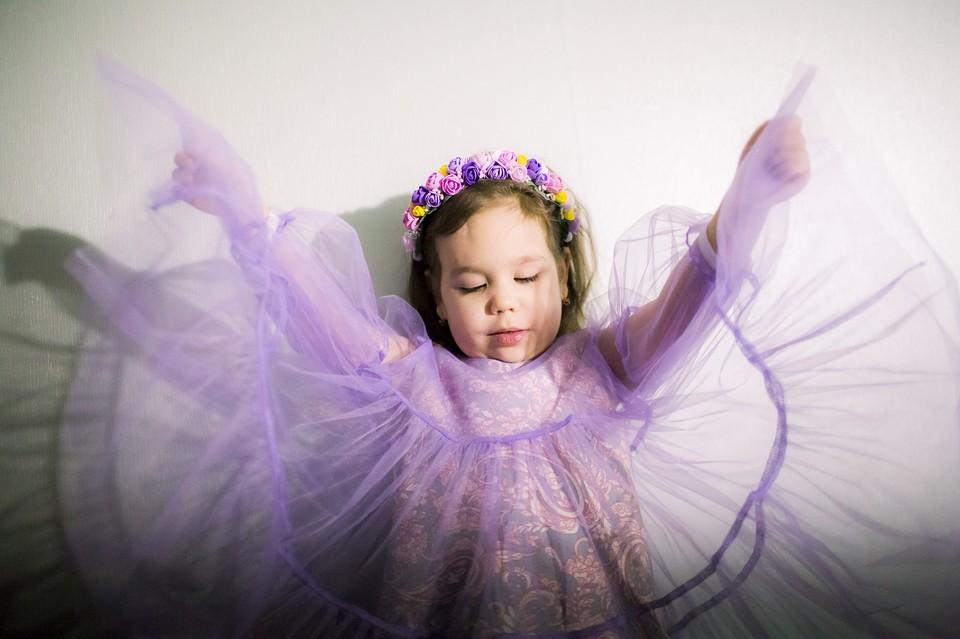 Алине 6 лет, но она выглядит младше своих лет Фото: Ольга Карпушина для свет.дети.