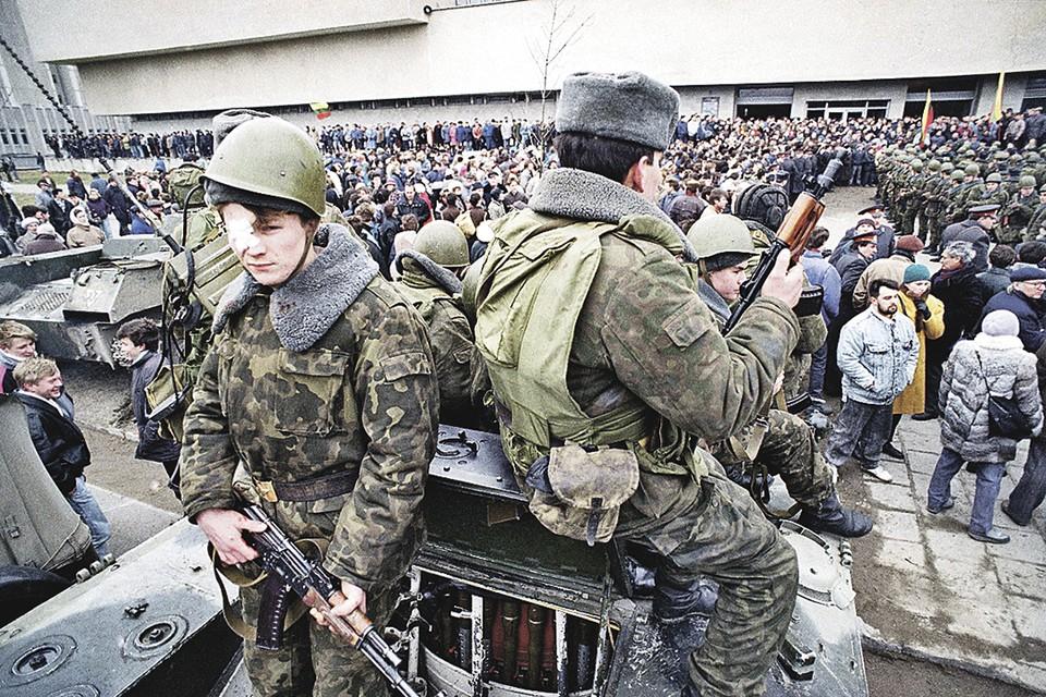 Январь 1991-го. Эти советские солдаты, взяв под охрану телецентр в Вильнюсе, не могли представить, что к декабрю СССР уже развалится. А позже и их самих обвинят в расстреле толпы у телецентра. Фото: Alexander Zemlianchenko/AP Photo/East News
