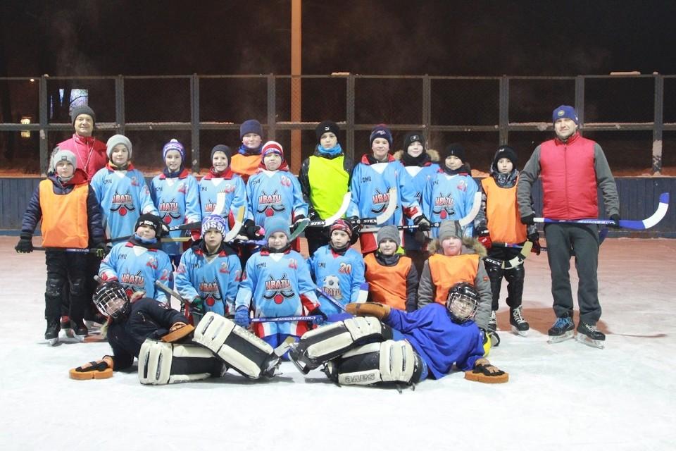 Славная команда юных спортсменов в городке ИВВАИУ вместе с наставником Евгением Ивашечкиным (слева).
