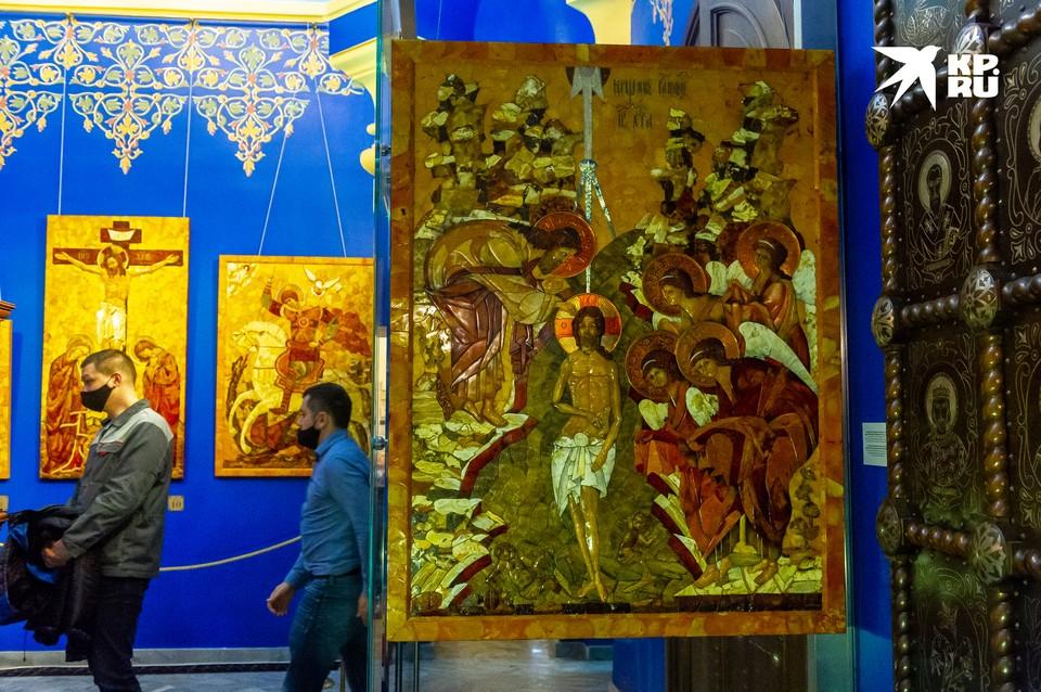 """В музее-часовне Спаса на Крови представили монументальную икону из янтаря """"Крещение""""."""