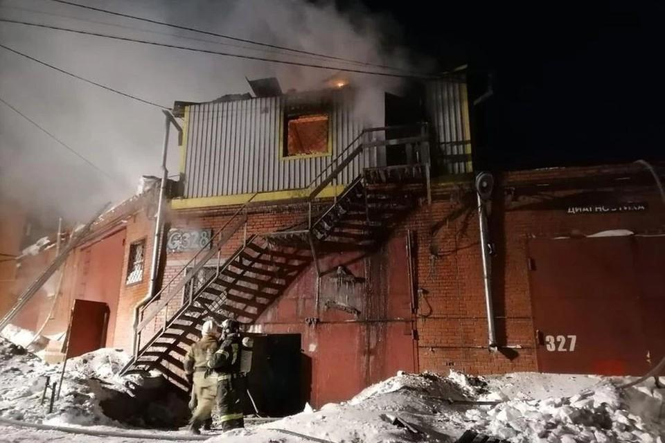 Пристройка загорелась около 3 часов ночи. Фото: Пресс-служба ГУ МЧС России по Новосибирской области