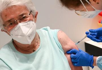 Судороги, паралич лица и даже смерть: из-за чего на самом деле пострадали пациенты, привитые вакцинами от коронавируса Pfizer и Moderna
