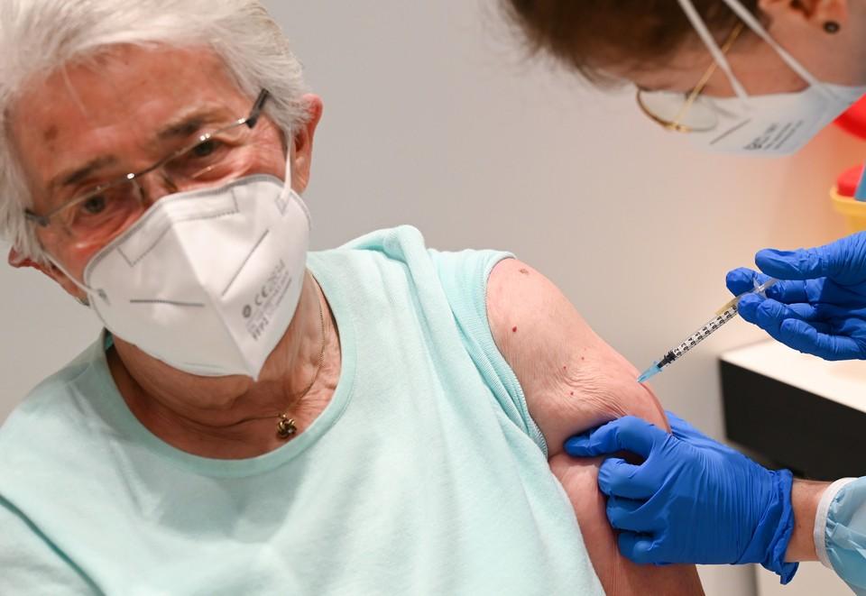 Вакцинация пенсионерки препаратом от Pfizer в Германии.