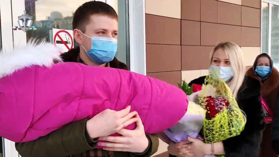 Сотрудники ГИБДД приехали на выписку в роддом и привезли подарки. ФОТО: МВД по РБ