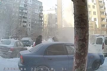 В сети появилось видео, как соседи спасают пьяного водителя, протаранившего их автомобили