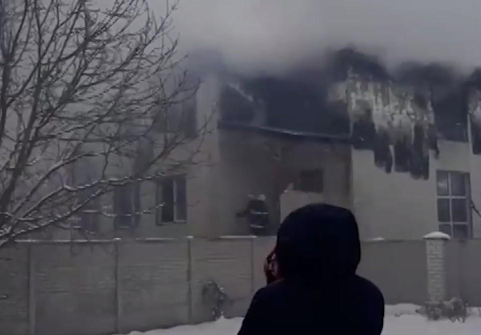 Как минимум 15 человек погибли при пожаре в частном пансионате в Харькове. Фото: Скриншот видео.