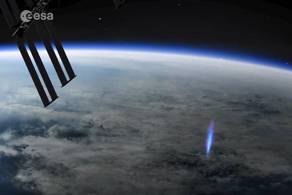 Феномен, сфотографированный с борта МКС, вспыхнул в атмосфере над Тихим океаном недалеко от острова Науру. Фото: кадр с видео European Space Agency