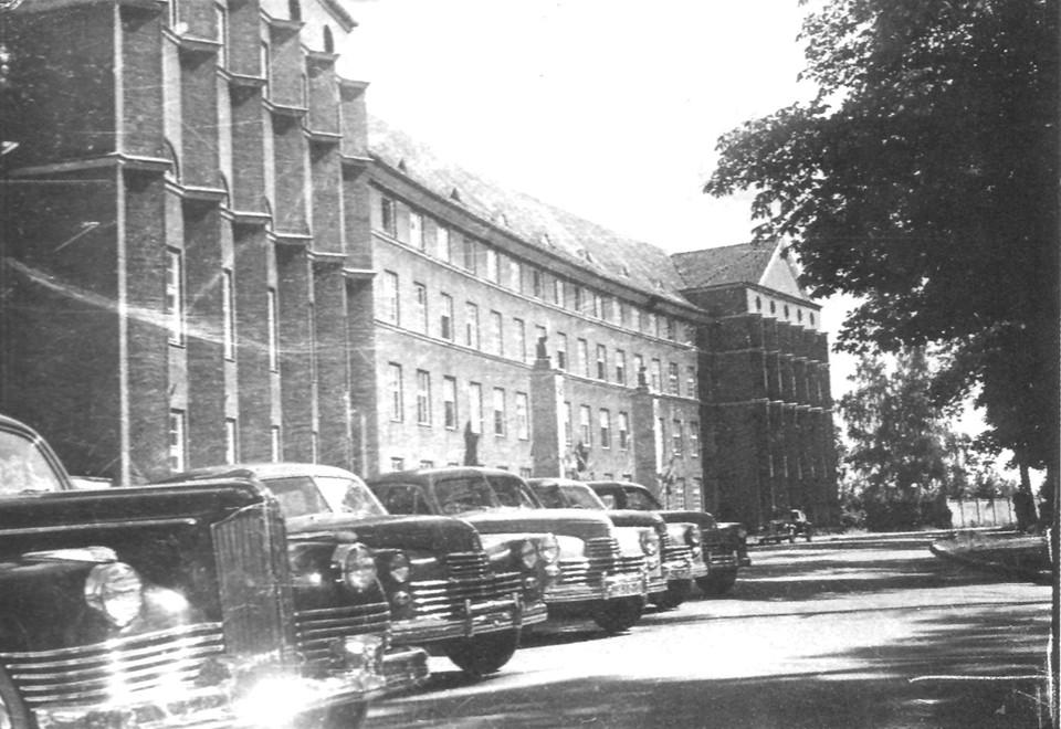 Сегодня в этом здании располагается областное правительство. А тогда его занимал обком ВКП(б).