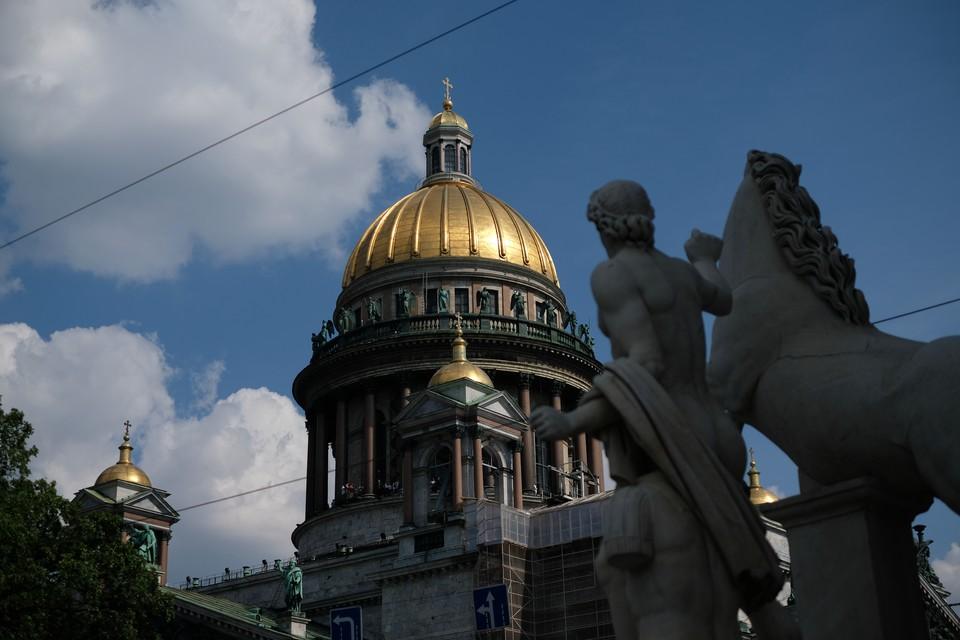 За городом зодчий присматривает с западного фасада Исаакия: портрет-барельеф Монферрана легко узнать по модели собора в руках.