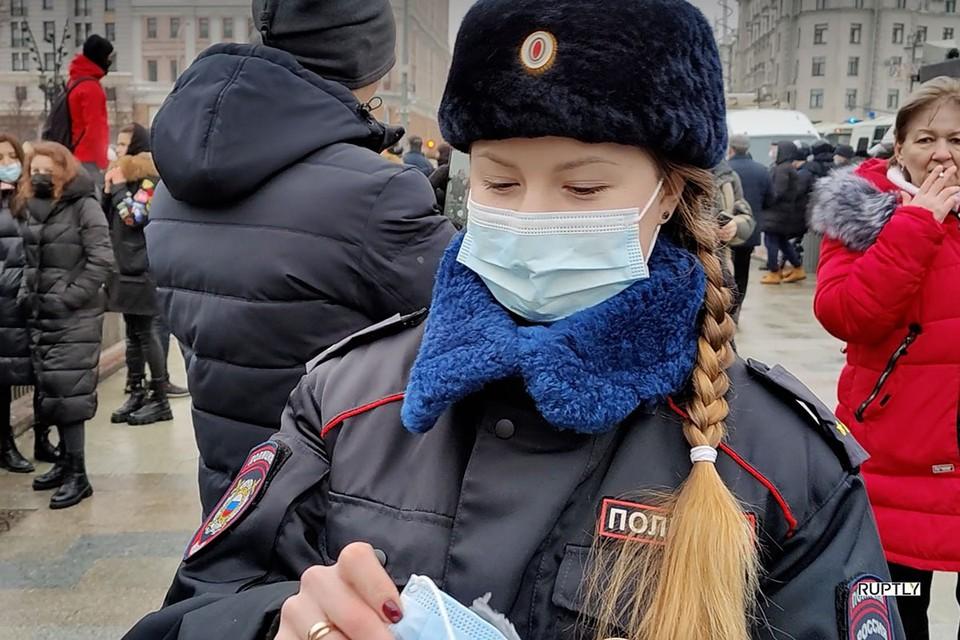 Митингующие спешно разбирают средства защиты от коронавируса. Фото: RUPTLY