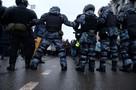 Полиция проверяет видео из Петербурга, где силовик ногой ударил в живот женщину