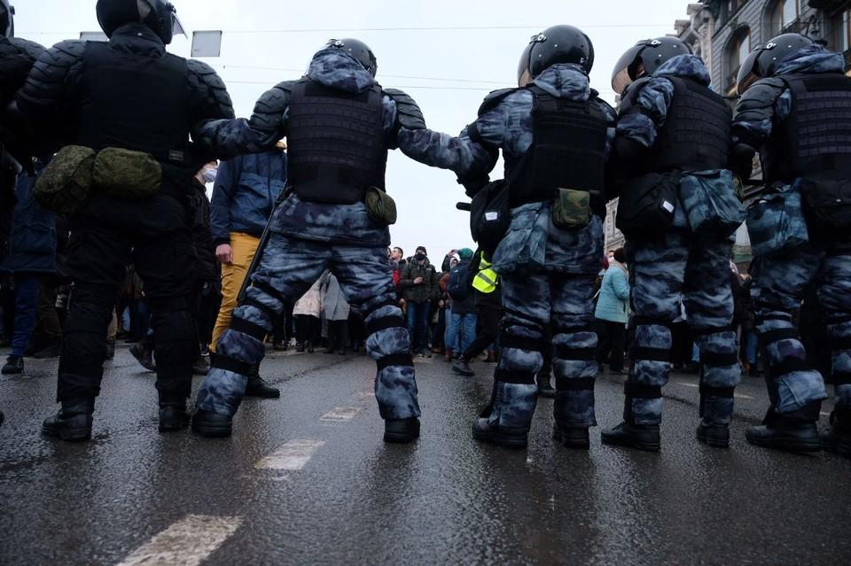 Полиция проверяет инцидент сотрудника ОМОН с женщиной в Петербурге