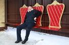 Очень приятно, царь: вместо лавочек на остановке в Иркутске появились три трона