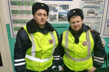 Держалась на льдине из последних сил: В Карелии два инспектора ДПС спасли тонувшую в реке девушку