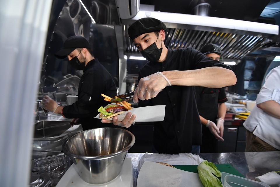 «С 1 февраля открываются фудкорты в ТЦ, с 12-го – ночные рестораны»: Итоги оперштаба по коронавирусу в Омске