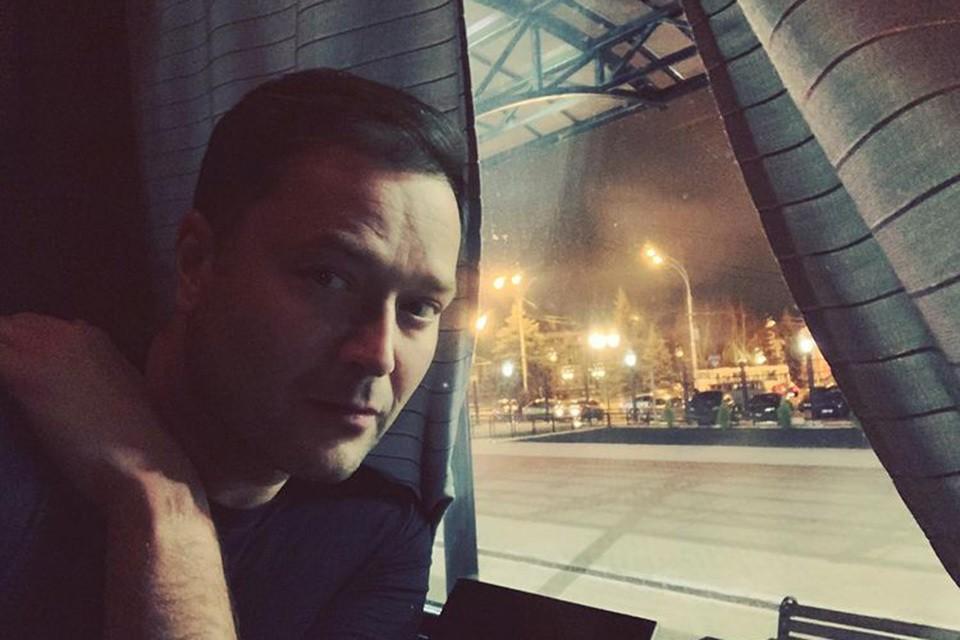 Полтора года назад, в ноябре 2019-го Исаев возвращался домой из очередной командировки. Поезд Тамбов-Москва. Ночью у Никиты заболел живот. Он умер прямо в купе на руках своей помощницы.
