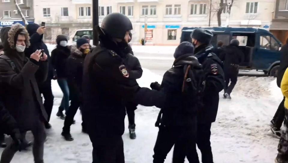 """Игоря Громова доставили в отделение полиции и сразу отпустили. Фото: скриншот видео """"Арктического обозревателя"""""""