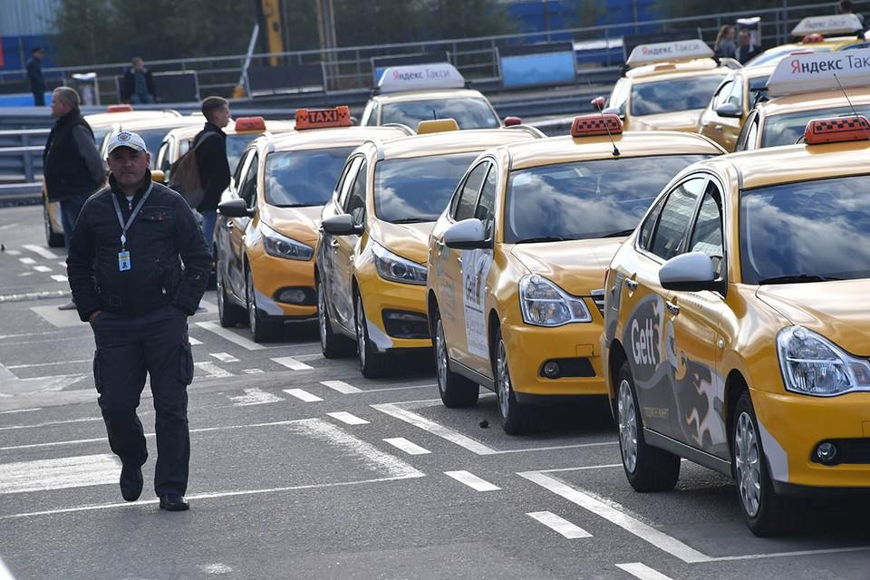 За поездку до центра Москвы таксисты в Шереметьево дерут от 3000 до 5000 рублей.