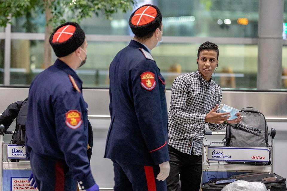 Москва. Казачий патруль следит за порядком в аэропорту Домодедово.