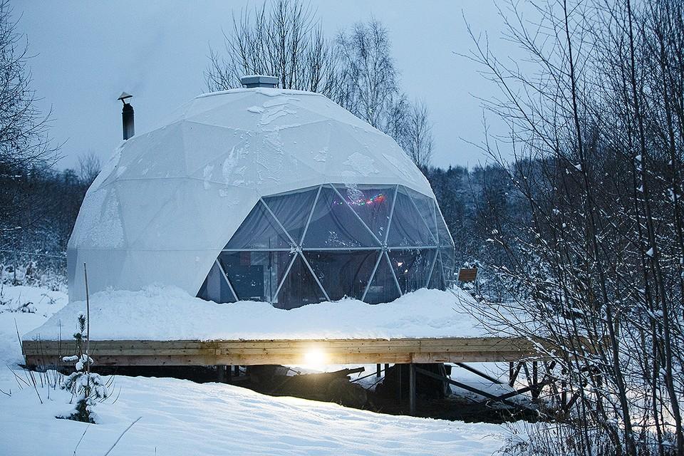 Спецкор Дмитрий Стешин зимует в необычном доме-куполе. Фото: Игорь Иванов