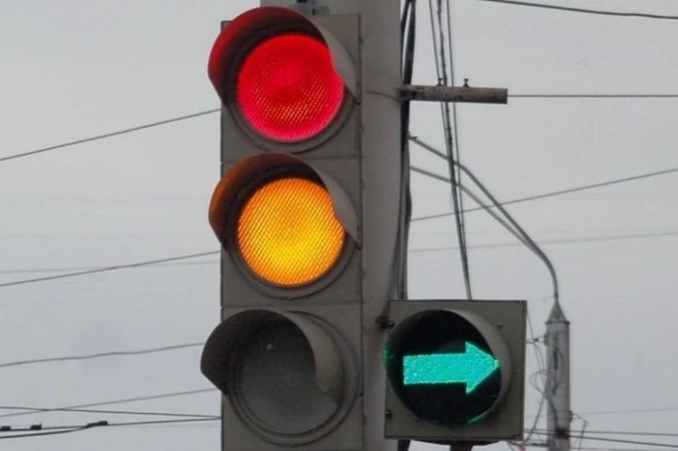 Аварийная бригада МУП «Барнаулгорсвет» Барнаула устраняет неисправности в работе светофоров.