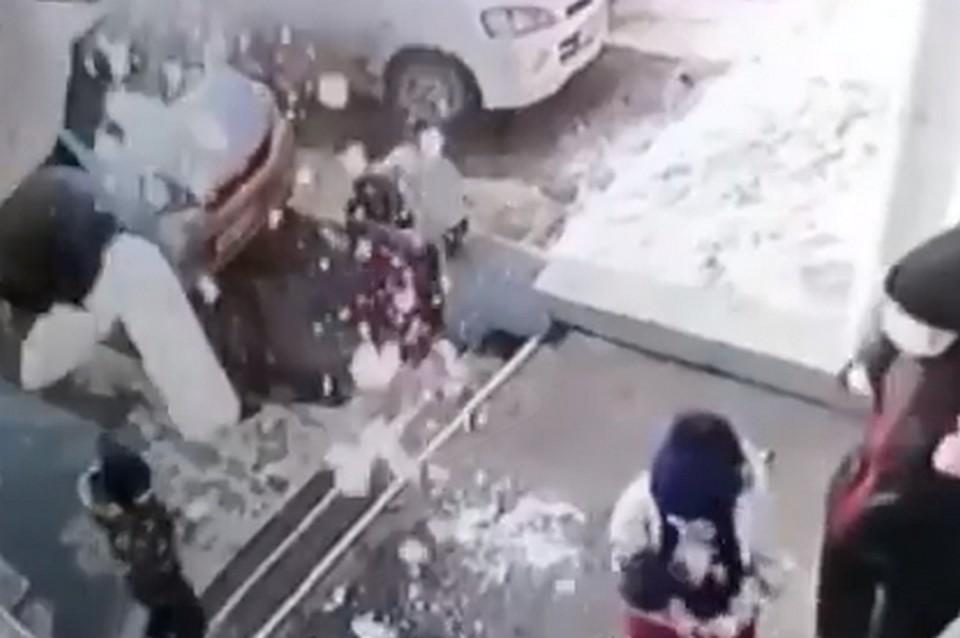 Стало известно о состоянии малыша, которого завалило снегом.