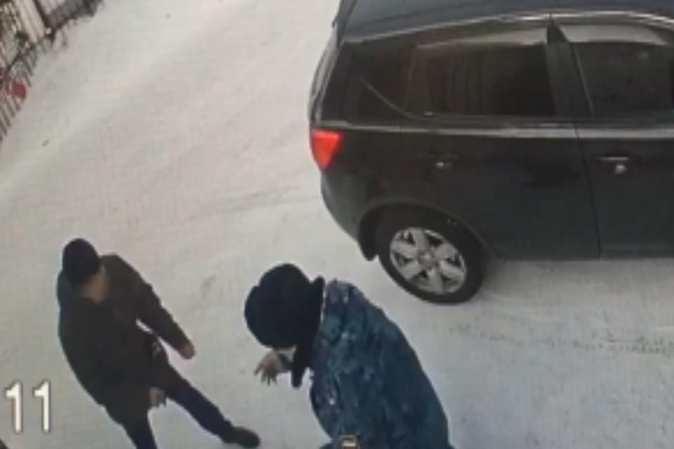 Момент нападения зафиксировала камера видеонаблюдения. Фото: СУ СК России по Иркутской области