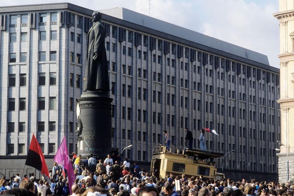 До 1991 года монумент основателя ВЧК Феликса Дзержинского стоял на одной из центральных площадей Москвы - Лубянской, перед зданием КГБ СССР (сейчас ФСБ РФ) и Детским миром.