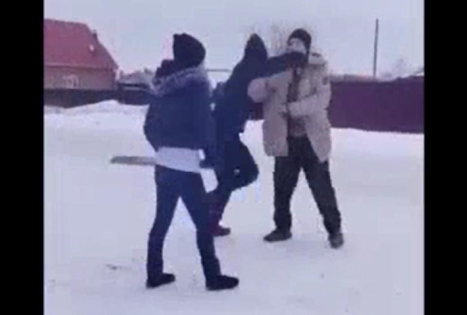 Двое парней жестоко избили мужчину на глазах у толпы.