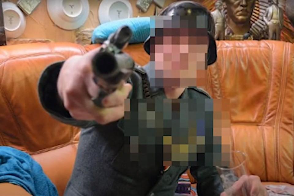 В сауне клиенты могли примерить одежду, имитирующую немецкие мундиры времен Второй мировой. Фото: кадр из видео УВД.