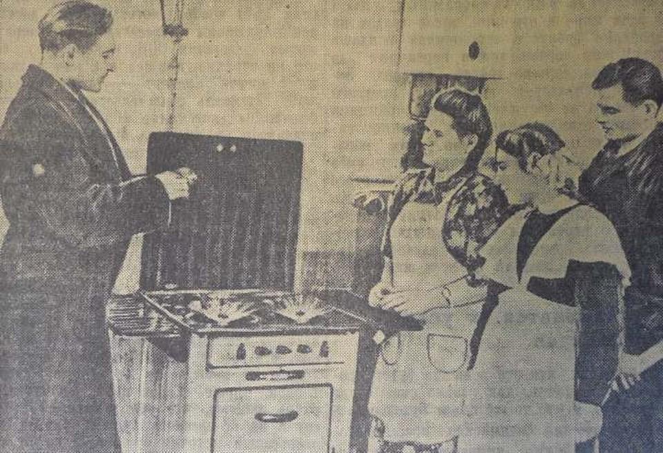 Дом № 33 по улице Чапаева стал одним из первых, куда пришел газ. На снимке прораб треста «Калининградгаз» Плышевский объясняет домохозяйке Востриковой и ее дочери правила пользования плитой и колонкой.