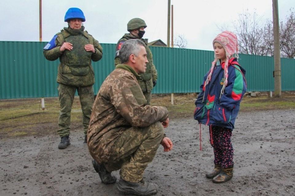 В обстреливаемом украинской армией поселке Анатолий Тараненко присел на колено и попросил прощения у ребенка