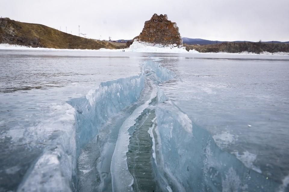 Семья с детьми на автомобиле провалилась под лед на Малом Море Байкала