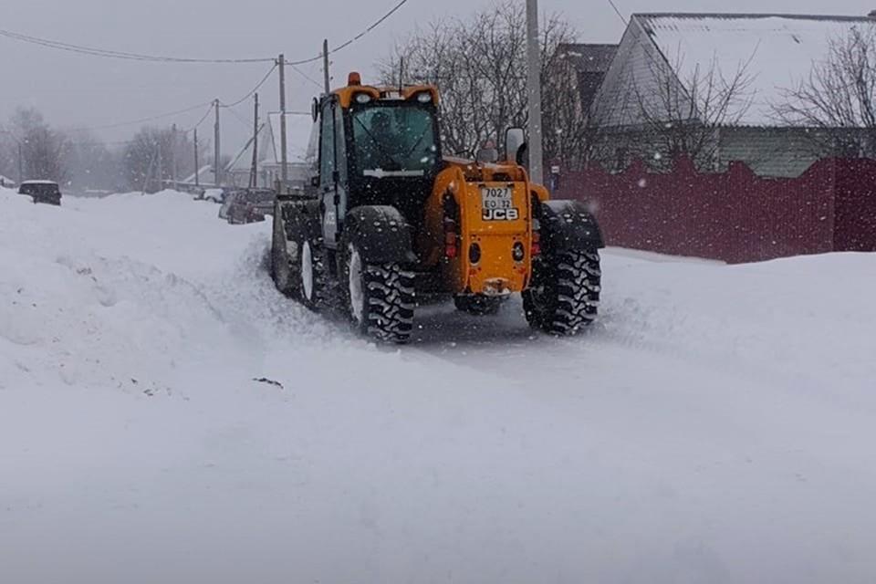 В некоторых местах руководители сельхозпредприятий лично сели за руль снегоуборочной техники.